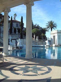 Hearst Castle - San Simeon - California - USA (von Paul D'Ambra - Australia) San Simeon California, California Usa, Piscina Interior, Luxury Pools, Fancy Houses, Mediterranean Home Decor, Travel Aesthetic, Pool Designs, Outdoor Pool