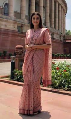 Discover recipes, home ideas, style inspiration and other ideas to try. Formal Saree, Casual Saree, Saree Blouse Neck Designs, Fancy Blouse Designs, Saris, Dress Indian Style, Indian Wear, Stylish Blouse Design, Sari Dress