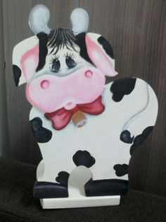 Vaquinha porta papel, projeto e execução Dagmar Leivas Cavalheiro Towel Holders, Paper Towel Holder, Cow Pattern, Painting Patterns, Cows, Wood Crafts, Kitchen Ideas, Cute Animals, Craft Ideas