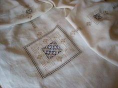 Copriletto matrimoniale, ricamato a punto antico, su lino bellora N°504 con ritorto fiorentino N°8 e 12 col. 388 Lucia De Nisco