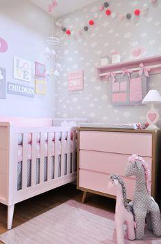Fofura é só apelido, este quarto é um verdadeiro charme e as mamães ficam encantadas com tanta delicadeza! #quartodebebe #decoraçaodequarto #decor #quartomoderno #nuvem #coração #decoraçaocomnuvem #decoraçãodenuvens #retro #quartodemenina #quartorosa #mamae #maternidade #amor #puroamor
