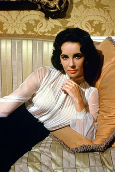 Discover the qualities that catapulted Elizabeth Taylor to stardom in Hollywood. The story of the woman you thought you knew and now can finally understand. Hollywood Icons, Golden Age Of Hollywood, Hollywood Glamour, Classic Hollywood, Hollywood Actresses, Vintage Hollywood, Jean Harlow, Sophia Loren, Catherine Deneuve