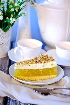 Dziś na tapecie jabłecznik z pianką. Przepyszne ciasto na biszkopcie z warstwą jabłek, pianką śmietankową i orzechami. Świetny do czarnej mocnej kawy. Sweet Recipes, Cake Recipes, Pudding Cake, Polish Recipes, Sweet Cakes, Baked Goods, Sweet Tooth, Good Food, Food And Drink