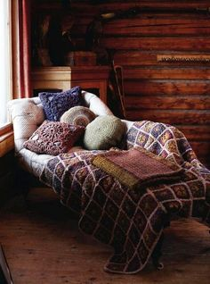 This comfy chaise makes for a cozy reading nook Cozy Cabin, Cozy House, Winter Cabin, Cozy Winter, Winter Time, Cozy Corner, Cozy Place, Home And Deco, Cabins In The Woods