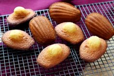 The only way to make the perfect Madeleine Madeleine Cake, Madeleine Recipe, Cooks Illustrated Recipes, Nutella, Muffins, Buttery Biscuits, Chocolate Sweets, Cooking Supplies, Köstliche Desserts
