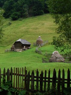 Another photo from those i've took on my trip to Rucar, Romania. Those places are so amazingly beatuiful and people live so simple lives. When things are simple Beautiful World, Beautiful Places, Country Fences, Old Barns, Outdoor Photography, Farm Life, Country Life, Scenery, Places To Visit