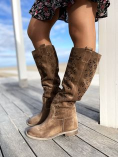 Stivali Donna Traforati Primaverili in Pelle Taupe Made in Italy - KikkiLine Bohemian Boots, Summer Boots, Wedges, Collection, Shoes, Fashion, Moda, Zapatos, Shoes Outlet