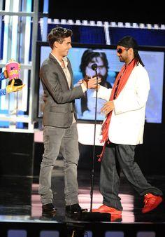 Pin for Later: Zac Efron et son parcours aux MTV Movie Awards : que du bonheur ! Il a bien ri quand Aziz Ansari a accepté sa récompense dans cet accoutrement