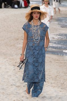 The best way to usher in a new spring fashion outfits is with clothes and accessories that are feminine, modern and extremely wearable. Fashion Week, Runway Fashion, Fashion Looks, Womens Fashion, Fashion Spring, Paris Fashion, Mode Chanel, Chanel Chanel, Casual Fashion Trends