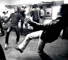El día en que Jimi Hendrix cambió la guitarra por un balón. En una ocasión, junto a otro gran talento y colega suyo como Bob Marley, se le observó jugando al fútbol detrás de un escenario.