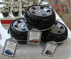 Lembrancinhas: Potinhos em formato de roda recheado com guloseimas e com tag personalizada!