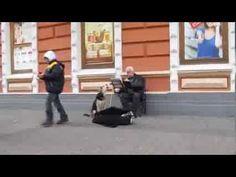 ‣๏̯͡๏Cachorro de rua se aproxima, 'canta' e ajuda músico na Ucrânia ~Amigos para todo os momentos!