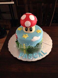 Queque con la temática de Mario Bros. El hongo y demás decoraciones están elaboradas 100% en pasta de azúcar.