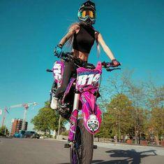 Its best girl with nice moto Nice picture how much worth of heart f Lady Biker, Biker Girl, Motocross Girls, Cool Dirt Bikes, Enduro, Dirt Bike Girl, Motorbike Girl, Dirtbikes, Biker Chick