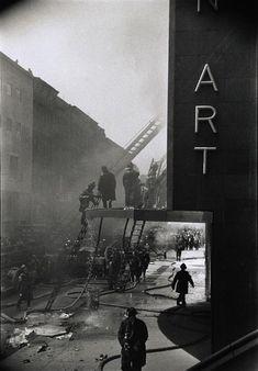 ELLIOTT ERWITT    New York. A fire at the Museum of Modern Art. 1958
