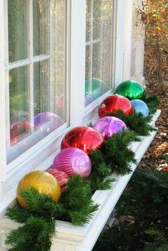 fensterdeko für weihnachten gläserne chirstbaumkugeln