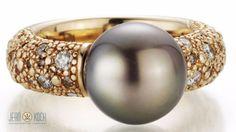 Aus der Kollektion unseren Perlenpartners Gellner.  Ring aus der ZENSATION Kollektion. Südseezuchtperle kombiniert mit Diamanten sowie 750/- Roségold.