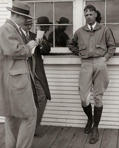 Charles Lindbergh photographed outside Louie's Lunchroom at Lambert Field, 11 May 1927 before proceeding to New York for the New York-Paris flight. Charles Lindbergh, Old Pictures, Old Photos, New York To Paris, Pin Up, Important Dates, History Museum, Historical Society, Famous Faces