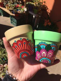 Fantastic Absolutely Free arizona Cactus Flower Ideas Cactus plus plants tend t… - Cactus DIY Flower Pot Art, Flower Pot Design, Flower Pot Crafts, Clay Pot Crafts, Cactus Flower, Cactus Leaves, Painted Plant Pots, Painted Flower Pots, Pots D'argile
