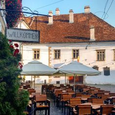 This is one of our favorite spots in Cluj-Napoca. And yes, this is Romania, despite the 'willkommen' on the sign. You know, the city Cluj is settled by Transylvanian Saxons as Klausenburg. Brasov Romania, Brisbane Australia, Budapest Hungary, Croatia, Places To See, Europe, Mansions, House Styles, City