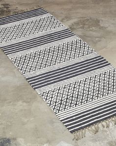 A striking design combining both decoration and tradition. Best suited for narrow spaces, such as hallways or as a bedside rug. Weaving Designs, Weaving Projects, Weaving Patterns, Dobby, Woven Rug, Handmade Rugs, Loom, Hand Weaving, Area Rugs