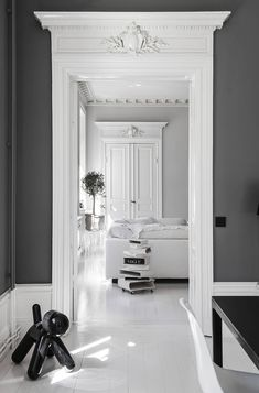 Renovation of an old apartment in black and white design La rénovation d'un appartement ancien en design noir et blanc – PLANETE DECO a homes world - Door Classic Interior, Home Interior Design, Interior And Exterior, Hall Interior, White Apartment, Parisian Apartment, Flur Design, Hall Design, Deco Design