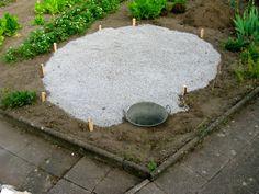 Ist der Grundriss festgelegt, heben Sie ein 40 Zentimeter tiefes Loch am Ende der Spirale aus. Diese wird mit einer Schicht Sand, Teichfolie und einer weiteren Schicht Sand ausgekleidet. Dann folgt der Behälter für die kleine Teichanlage. Abschliessend verteilen Sie eine 10 cm hohe Schicht Kies im abgesteckten Bereich. Foto: flickr/mmmmmicha