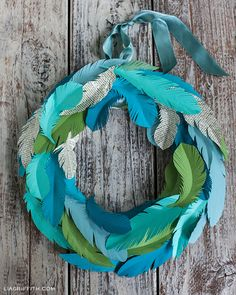 DIY paper feather wreath with printable feather template. Diy Projects To Try, Crafts To Make, Kids Crafts, Craft Projects, Wreath Crafts, Diy Wreath, Decor Crafts, Paper Wreaths, Dyi Decorations