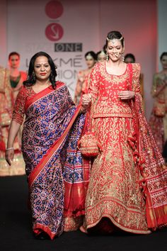 Walusha walked for Saroj Jalan. Special mention to the designers own blue red saree. Stunning isn't it? #LFW #LIFW2016 #Frugal2Fab