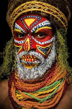 Tribal faces of Papua New Guinea. This one is from the Tambul Tribe, Mount Hagen, Papua New Guinea. Tribes Of The World, People Of The World, African Tribes, African Art, Arte Peculiar, Kreative Portraits, Tribal Makeup, Tribal Face, Arte Tribal