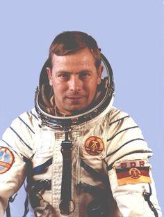 Eberhard Köllner: Der ausgebildete Kosmonaut - hier in einer Aufnahme aus den siebziger Jahren - war Ersatzmann für den späteren Weltraumhelden Sigmund Jähn und wäre beinahe der erste Deutsche im All gewesen.