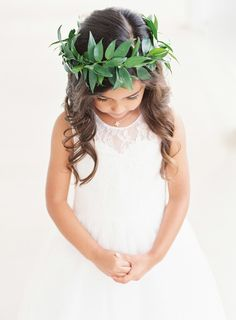 Adoring this flower girl's classic look.