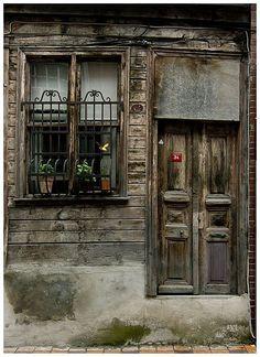 🥀Old house in Besiktas - Arnavutköy (Mega Revma) Istanbul Old Windows, Windows And Doors, Abandoned Buildings, Abandoned Places, Portal, Window Detail, Door Gate, Unique Doors, Old Building