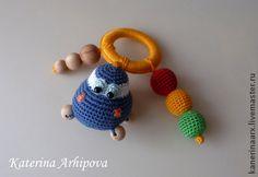 Погремушка-грызунок`Машинка`(Авторская работа). Эта погремушка отлично подойдёт для вашего малыша как в период прорезывания зубов так и для игр.Игрушка выполнена из экологически чистых материалов.Могу выполнить в любой цветовой гамме.