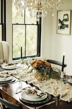 Dress up your #Thanksgiving table with these beautiful & unique tablescape ideas in our new #CrystoramaStyle #blog! Design: @ourfifthhouse #TipsAndTricks #styleblog #goodread #designtips #myhome #cozyhome #Thanksgivingtablescape #Thanksgivingtable #ThanksgivingDinner #holidays #TurkeyDinner #thankful #ThursdayMotivation @lindsayga