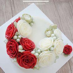 Lovely Rose 🌹In Basic class you will learn Rose crescent cake with Dolce cake😊. Student's work . . #flowercake#flower#장미#baking#weddingcake#wedding#케이크#베이킹#플라워케이크#rosa#roses#flowercakeclass#bakingclass#koreanbuttercreamflowercakeclass#rose#bouquet#fiore#torta#buttercream#buttercreamflowercake#koreanflowercake#koreanbuttercreamflowercake#韓式唧花#작약#weddingcake#birthdaycake#instacake#韓式擠花#鮮花蛋糕