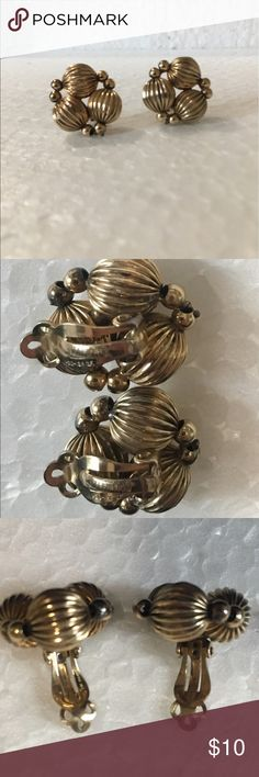 Vintage Clip On earrings Marked: Winard 1-20 12k GF   1/20 12 karat gold-filled   Please examine the pics. Small portions of the smaller beads (connecting the larger, ridged spheres) are peeling. Not noticeable when worn IMO. Everything else is in tact and very pretty! Winard  Jewelry Earrings