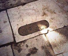 Beyazıt Camii bahçesinde bir taş. Ecdad kuşlar su içsin diye yapmış. Biz de su sıçratmasın diye çimento dökmüşüz. #osmanlıdevleti