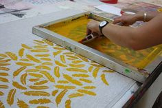 Autumn Print School 2012 by Harvest Textiles- another example of screen printing a lovely repeat pattern on fabric. Diy Screen Printing, Screen Printing Process, Textile Prints, Textile Design, Textile Art, Fabric Patterns, Print Patterns, Tampons, Fabric Manipulation