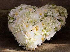 ein Blumenherz als Dekoration für einen Sarg