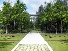 À CLICHY (92) 2009 /2013 Maîtrise d'ouvrage : SEMERCI Équipe : ATELIER CAP - ACA mandataire (bâtiment d'accueil) - OGI BET VRD Aménagement d'un parc urbain