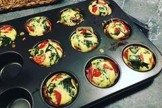 Hartige muffins zonder deeg, met serranoham, tomaat, broccoli en kaas Lunch Snacks, Healthy Snacks, Healthy Recipes, Quiche Muffins, Food Porn, Diabetic Meal Plan, Good Food, Yummy Food, High Tea