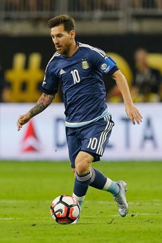 Lionel Messi of Argentina dribbles the ball in the first half against the United States during a 2016 Copa America Centenario Semifinal match at NRG Stadium on June 2016 in Houston, Texas. Messi Vs Ronaldo, Messi 10, Copa America Centenario, Nrg Stadium, Messi Photos, Barcelona, Chris Hemsworth Thor, Football Gif, Football Players