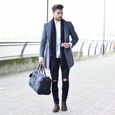 Se trata de un traje negro y pantalones.It es muy nice.It es para fiestas .