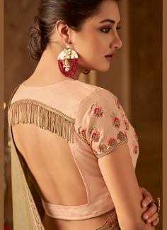 Peach Square Back Blouse Design with Tassels Peach Square Back Bluse Design mit Quasten Indian Blouse Designs, Blouse Back Neck Designs, Choli Blouse Design, Silk Saree Blouse Designs, Fancy Blouse Designs, Bridal Blouse Designs, Saree Blouse Patterns, Pattern Blouses For Sarees, Latest Blouse Designs