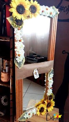 Queremos compartir con ustedes nuestro primer encargo: regalo personalizado. Un espejo con marco de madera y las flores favoritas de la agasajada, grandes girasoles.   https://www.facebook.com/DilettantesArtCraft
