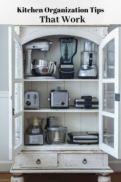 Kitchen organization tips that work. These tips are great for someone the cook who need items easily accessible and organized. Basic Kitchen, New Kitchen, Kitchen 2016, Kitchen Pantry, Modern Farmhouse Kitchens, Farmhouse Kitchen Decor, Kitchen Organization, Organization Hacks, Organizing Tips
