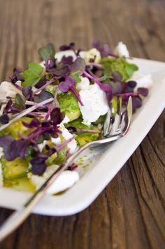 Avocado-Ziegenkäse-Salat mit grünem Pfeffer