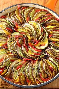 RATATOUILLE - Deliciosa receita de ratatouille . Legumes assados em molho de tomate, prefeito para acompanhamento | temperando.com #ratatouille #acompanhamento #receita