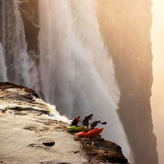 Whitewater Kayaking Extreme kayaking at Victoria Falls. - Whatever you do, don't look down. Chutes Victoria, The Places Youll Go, Places To Visit, Concours Photo, Livingstone, Whitewater Kayaking, Canoeing, Jolie Photo, Adventure Is Out There